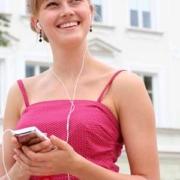 Audioguide mit Mädchen in rosa gepunktetem Kleid - draußen